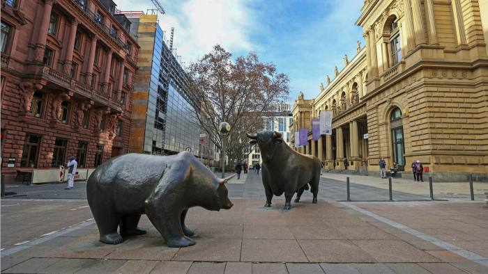 The bear and bull statues outside the Frankfurt Stock Exchange