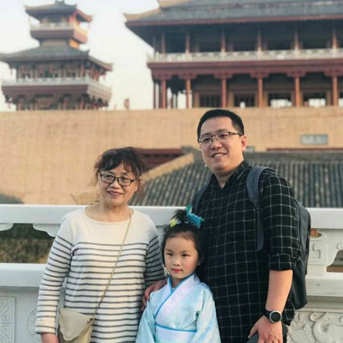 Zhong Hanneng with her deceased son Peng Yi and his daughter in 2019